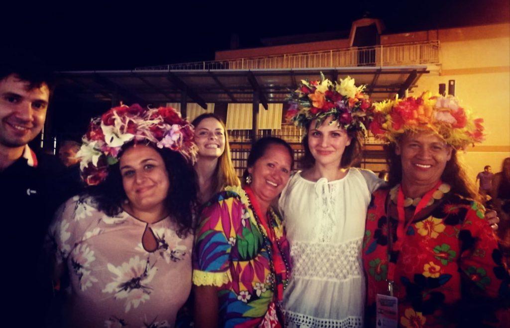 Foto ricordo con le gentili donne della Polinesia