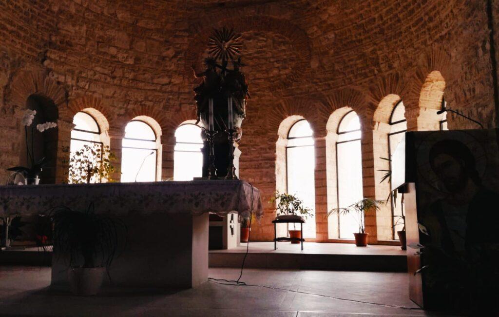 Interno dell'Abbazia della Santissima Trinità