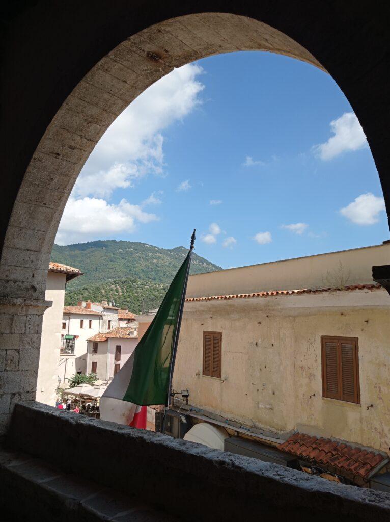 Vista dall'arcata della Loggia